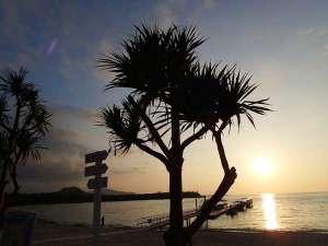 かりゆしビーチでのんびり眺める夕暮れ時のサンセットは格別です。