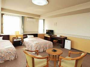 美濃加茂ステーションホテル:【ツインルーム36㎡】セミダブルベッドでゆったりお寛ぎください。