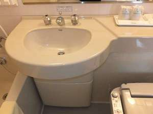 洗面所 アメニティーはハブラシセット、シェイバー、綿棒をご用意しております。