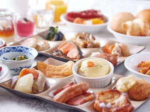 【朝食イメージ】ガーデンプールを望むレストランで、彩り豊かな和洋の旬菜をバイキングスタイルで。