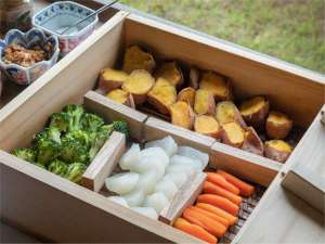【おしのぎ】安納芋・ブロッコリー・大根・人参を特製黒豚みそをつけてどうぞ。