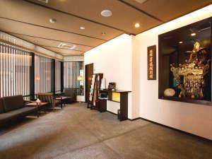 <ロビー>神田祭の神輿が飾られています。外国人の方にも人気のスポットです。
