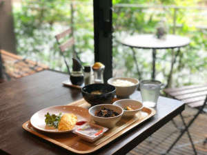 和モダンな空間が評判の食事処。シンプルですがご朝食を無料でご用意いたします(卵料理はチョイス可)