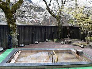 ヴィラ雨畑 雨畑湖温泉:*女性用露天風呂/四季折々の里山の自然の中、解放感を堪能していただけます。春は桜を眺めて♪