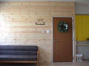 グリーンホテルやまなみ:木のぬくもりのあるフロントで、ほっと一息