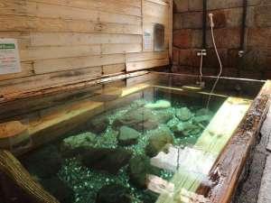 湯川内温泉かじか荘:*【下の湯】ほんのりたまご臭がするエメラルドグリーンのお湯は、40度以下の「ぬる湯」です。