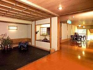 湯治場として1100年の歴史ある俵山温泉。一部江戸時代からの建物もございます。