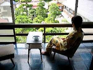 外湯文化を楽しむ宿 俵山温泉 泉屋旅館:広縁からは庭を眺めながらお寛ぎいただくことも出来ます。