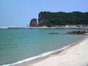 海の見える小さなお宿 金子旅館:夏の海と立神岩 灯台付近は絶好の海釣りポイントです。