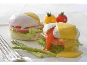★ホテル最上階でお召し上がりいただく【こだわり朝食】のエッグベネディクト