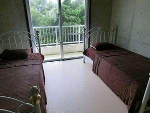 ライトマザー宮古島<ペンション>:女性客に大変人気のあるシングルベッドを2個置いてあるスタンダードなお部屋。