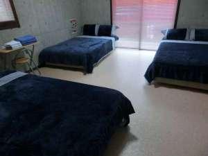 ライトマザー宮古島<ペンション>:セミダブルベット3台のお部屋です。広いです。