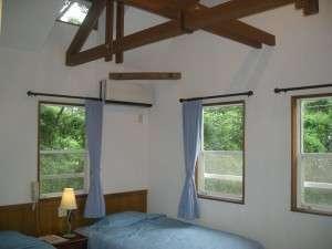 PENSION キャプテン倶楽部:ブルー&ホワイトを基調にした、天井が高く窓の大きい天窓付の開放的な空間