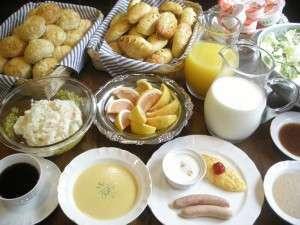 PENSION キャプテン倶楽部:焼き立て手作りパンを始め、手作りウインナーや高原牛乳等人気の品々が並ぶ日替わり朝食