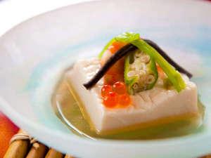 お宿 有楽:【御先付】嶺岡豆腐、敷美味餡掛け、海老芝煮