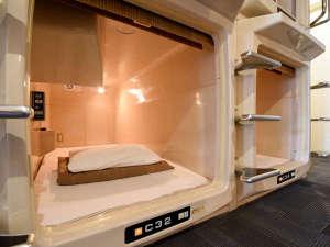 カプセル&サウナロスコ(旧カプセルイン駒込):*【客室一例】2段式縦型カプセルルーム内設備(一例)お休みになりながらすぐに手が届く場所に全て設置。
