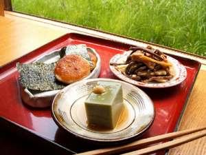山ふところの宿みやま:ふっくら甘い大根餅、風味豊かな抹茶豆腐など、素朴ながらも洗練された料理の数々を(例)