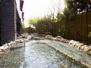 スパワールド世界の大温泉:【日本渓流露天風呂】日本の風情に包まれた、せせらぎが心地よい渓流の露天風呂。