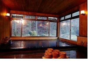 元湯玉川館:【お風呂】床から天井まで全てが桧の造りです湯船には漆がかけられています