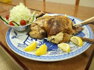 民宿 うなぎ湖畔:夕食一例/別注の「鶏丸蒸し」(要事前予約/税別3500円)うなぎ湖畔の名物スメ料理です。