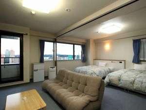 デラックスダブルルームです。大きなベッドと52.6㎡と広々としたスペースで人気のお部屋です。