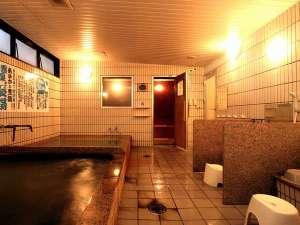 敷地内に湧きだす『郡山療養温泉あさかの湯』。※床が黒くなっているのは温泉成分の影響です。