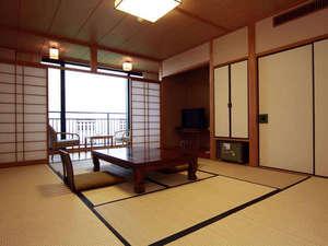ひこさんホテル和:和室10帖のお部屋。晴れた日には北九州方面まで見渡せます。はるか稜線に沈む夕日を見ることもできます。
