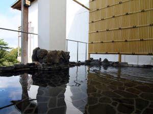 ひこさんホテル和:露天風呂からは緑の樹々、山々を望むことができます。
