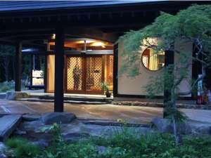 祭畤温泉(まつるべ温泉) かみくら :夕暮れ時の玄関口1