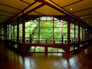 伊豆修善寺温泉 湯回廊 菊屋:【館内廊下】大きな窓から望む修善寺の自然。昼は暖かい日差し、夜は美しいライトアップを…
