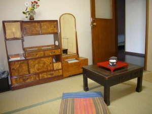 おたる北運河かもめや:昔の家具を配置したなつかしい雰囲気の和室
