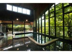 中津渓谷ゆの森:自然の陽光が溢れる開放的な大浴場。高天井にガラス張りの窓を大きくとった大浴場には、自然光がたっぷり。