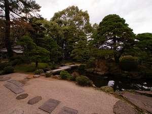 出雲のホテル 武志山荘:庭園は眺めるだけでなく散歩が可能。夏は緑が生い茂り、秋は紅葉が美しい。