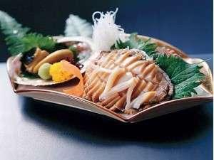 味覚の宿 幸洋荘:旬の鮑のお造りは、コリコリと歯ごたえがあり、新鮮でおいしいです。
