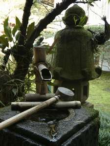 のがわや旅館:創業時より手入れの純日本庭園の水琴窟の手水鉢・蹲踞でゆったりと大正浪漫を感じてくださいませ