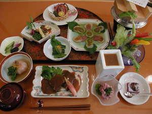 民宿inn みやざき 湯楽庵:ご夕食は1階お食事処で店主が毎日直接仕入れた食材でおすすめの創作郷土料理をたっぷり美味しく♪