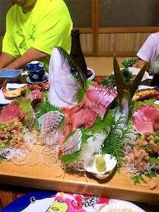 網元 又五郎:とーちゃんが釣ったカンパチ今日のお客様のお刺身姿造りになりました♪