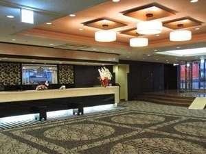 アパホテル<宇都宮駅前>:広々としたフロント・ロビーにてお客様のご来館をお待ちしております