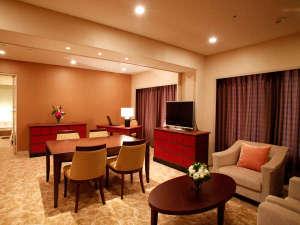 ホテルクラウンパレス北九州(HMIホテルグループ):■ゆったりとしたソファーや応接セットが備えられたスイート(一例)
