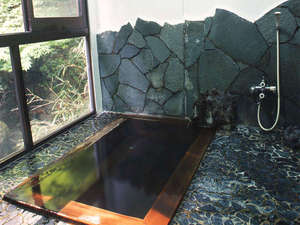 四万温泉 中生館:*内湯「槙の湯」。無色透明の塩類泉。かけ流しの豊富な湯量が自慢。