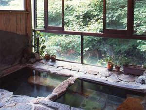 四万温泉 中生館:*内湯「薬師の湯」。渓流の眺めとせせらぎの音を聴きながら。