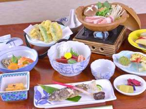 四万温泉 中生館:*お夕食一例/季節の旬と地元の食材を活かした郷土料理をお愉しみ下さい。