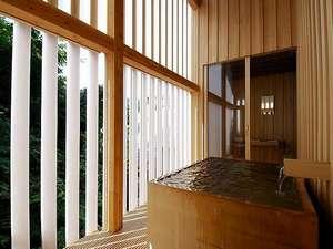 旅館 藤屋:檜つくりの半露天風呂。