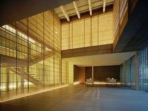 旅館 藤屋:特殊なステンドグラスと簀虫籠、越前の和紙を重ね合わせた中で、癒しの時間と空間をお楽しみ下さい。