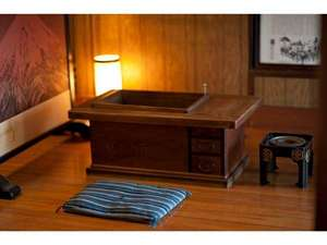 日の出旅館:囲炉裏のある風景