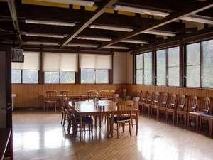 やまびこ館:やまびこ館の食堂は広々です。.