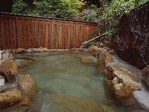 奥飛騨百姓座敷の宿 藤屋:裏山の見える露天風呂(女性用・無料)