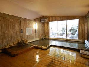 奥飛騨百姓座敷の宿 藤屋:大浴場の総檜造りの内湯には、ぬる湯とあつ湯の2種。交互に入ると効果的です