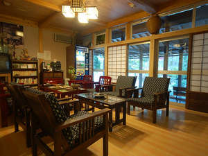 奥飛騨百姓座敷の宿 藤屋:昭和の家具や雑貨が置かれ、懐かしい雰囲気の中でごゆっくり。ロビー