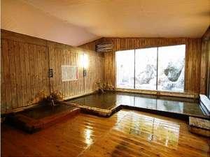 奥飛騨百姓座敷の宿 藤屋:大浴場の総檜造りの内湯には、ぬる湯とあつ湯の2種。交互に入ると効果的♪